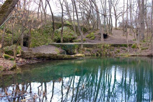 озеро вблизи плачущей скалы