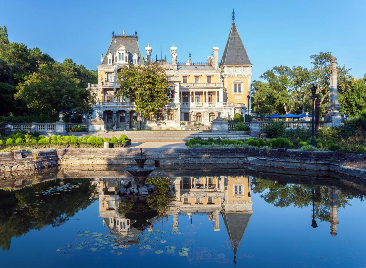 massandМассандровский дворец с озером