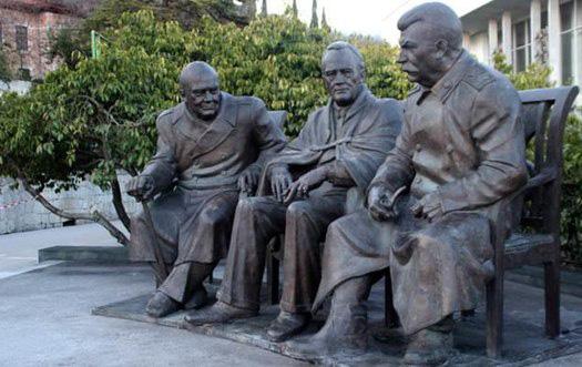 Памятник тройке в Ялте