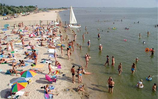 пляж Азовского моря с людьми