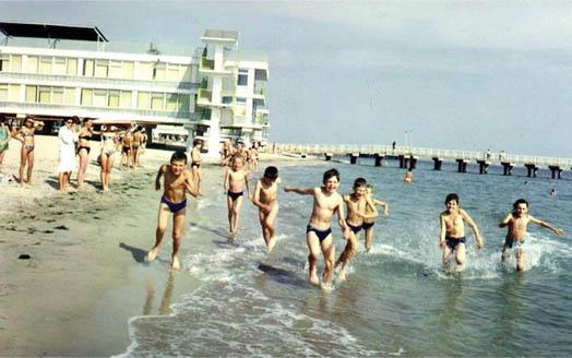 дети в море Крыма с радостью